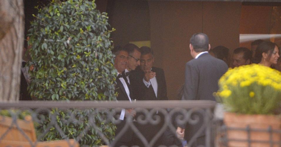 27.set.2014 - De smoking, George Clooney recebe convidados em um coquetel no hotel Cipriani, em Veneza, onde o ator celebrará o seu casamento com a advogada Amal Alamuddin.