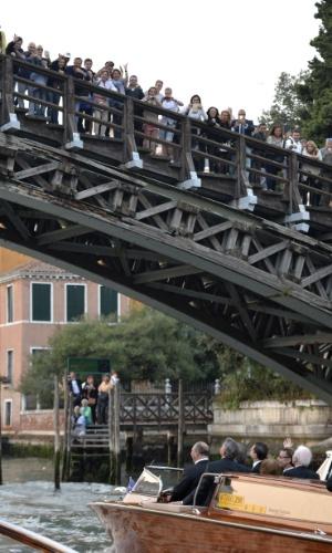 27.set.2014 - Fãs se espremem para ver George Clooney no dia de seu casamento, em Veneza