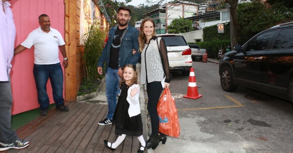 27.set.2014 - Fernanda Rodrigues, Raoni Carneiro e a filha, Luísa, no aniversário de Eva