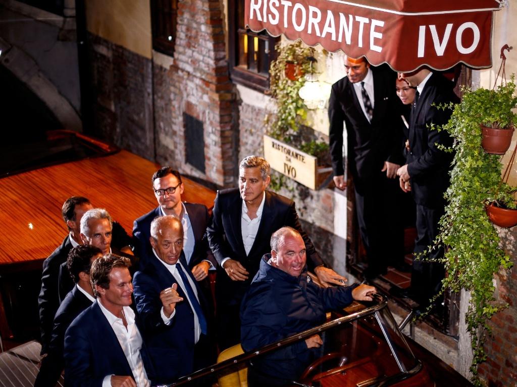 27.set.2014 - George Clooney deixa o restaurante Da Ivo, de madrugada, acompanhado do pai e de amigos, às vésperas de seu casamento em Veneza