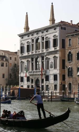27.set.2014 - Gôndola navega pelo Grande Canal, em Veneza, passando em frente ao hotel Aman, onde ocorrerá a festa de casamento do ator George Clooney com sua noiva britânica, Amal Alamuddin.