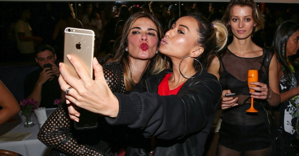 27.set.2014 - Luciana Gimenez e Sabrina Sato fazem selfie em aniversário do personal stylist e apresentador Matheus Mazzafera e a empresária Karina Sato