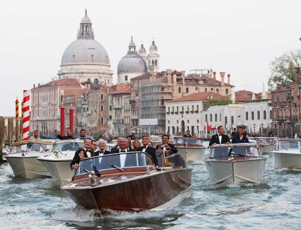 27.set.2014 - Táxi aquático com George Clooney é seguido por outros barcos, com convidados, a caminho da festa que antecede o casamento do ator com a advogada Amal Alamuddin, em Veneza.