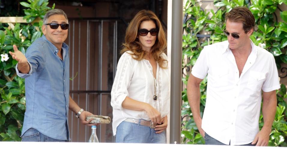 27.set.2014-George Clooney com a ex-modelo Cindy Crawford, madrinha de seu casamento, e o marido dela, Rande Gerber, deixam restaurante após tomar café da manhã em Veneza.