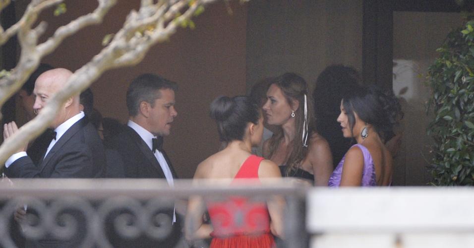 27.set.2014-Matt Damon (à esq.) participa do coquetel que antecede o casamento do amigo, George Clooney, no hotel Cipriani, em Veneza.