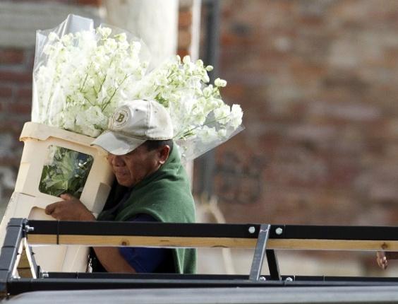 27.set.2014 - Funcionário leva flores durante os preparativos do casamento de George Clooney com a advogada Amal Alamuddin, em Veneza.