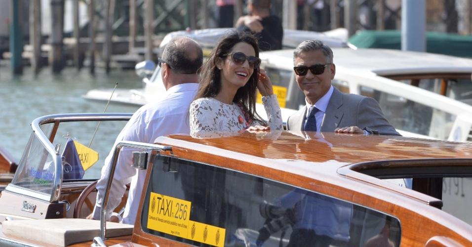 """28.set.2014 - Casados, George Clooney e sua mulher, Amal Alamuddin, navegam de táxi aquático no Grande Canal de Veneza, neste domingo (28), após deixar o hotel Aman, onde se casaram em cerimônia privada neste sábado. """"George Clooney e Amal Alamuddin se casaram hoje [27 de setembro] em uma cerimônia privada em Veneza, Itália"""", disse o porta-voz de Clooney, Stan Rosenfield. O anúncio foi uma surpresa, já que era esperado que o casal só oficializasse a união nesta segunda-feira."""