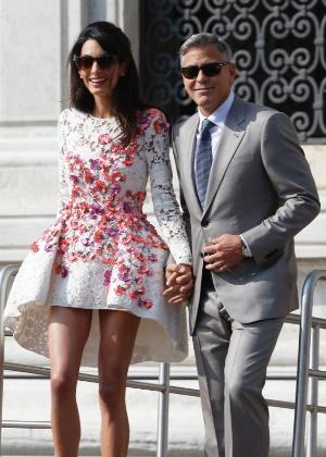 28.set.2014 - Casados, o ator americano George Clooney e sua mulher, Amal Alamuddin, deixam o hotel Aman, em Veneza, neste domingo.