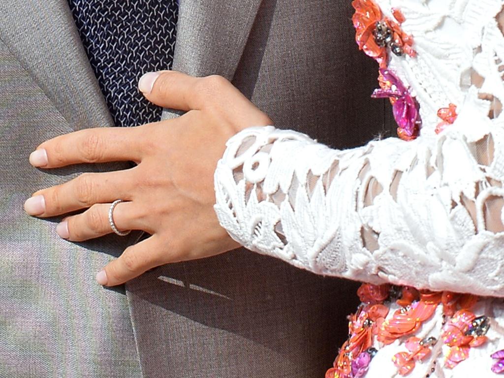 28.set.2014 - Foto mostra o detalhe da aliança na mão de Amal Alamuddin enquanto ela navega com o marido, George Clooney, em um táxi aquático, no Grande Canal de Veneza, após o casal deixar o hotel Anan, onde a cerimônia foi realizada neste sábado.