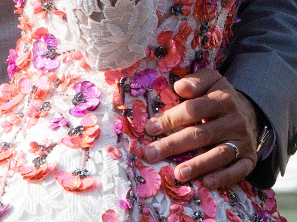 28.set.2014 - Foto mostra o detalhe da aliança na mão de George Clooney, enquanto navega com a mulher, Amal Alamuddin, em um táxi aquático, no Grande Canal de Veneza, após o casal deixar o hotel Aman, onde a cerimônia foi realizada no sábado.