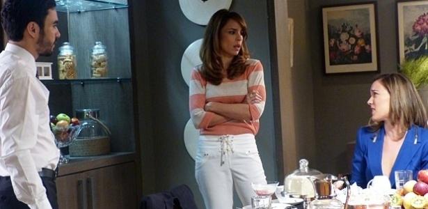 Danielle se irrita ao ver o marido conversando com Amanda no café da manhã