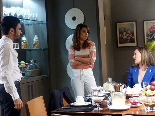 Danielle se irrita ao ver José Pedro com Amanda