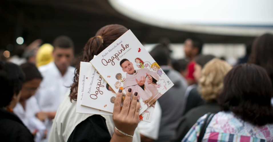 02.nov.2012 - Fãs levam livro do padre Marcelo na inauguração do Santuário Mãe de Deus em Interlagos, na zona sul de SP, o maior templo católico do país