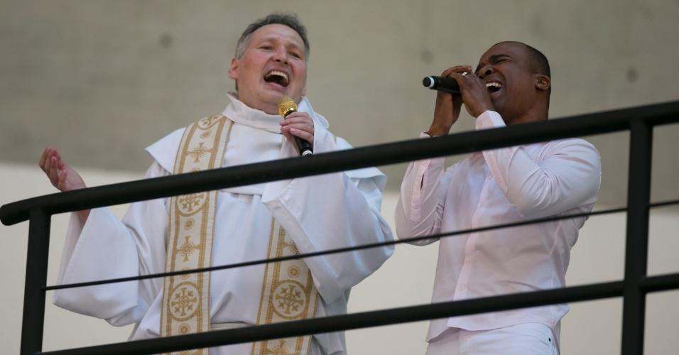 02.nov.2012 - O cantor Alexandre Pire canta com padre Marcelo na inauguração do Santuário Mãe de Deus em Interlagos, na zona sul de SP, o maior templo católico do país