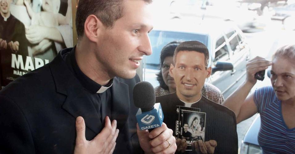 """29.abr.2004 - O Padre Marcelo Rossi dá entrevista durante tarde de autógrafos do filme """"Maria, Mãe do Filho de Deus"""", em locadora no bairro de Tatuapé, em São Paulo"""