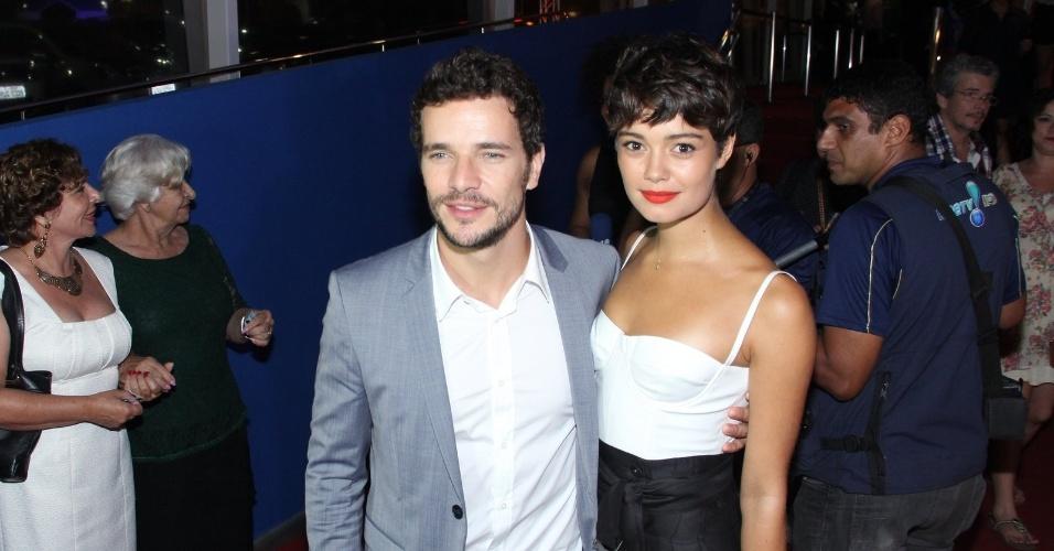 29.set.2014 - Daniel Oliveira e Sophie Charlotte chegam para a premiere do filme em que ele é o protagonista