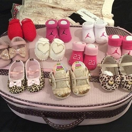 29.set.2014 - Grávida de uma menina do cantor Naldo, Ellen Cardoso, a Mulher Moranguinho, postou em seu Instagram uma foto da coleção de sapatinhos que sua filha, Maria, já tem.