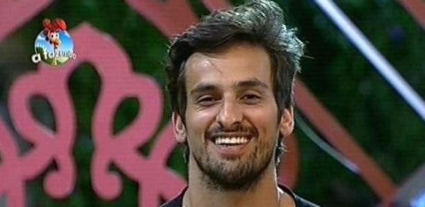 """O cantor Léo Rodriguez recebe os parabéns de Britto Jr. após vencer a prova da chave em """"A Fazenda 7"""""""