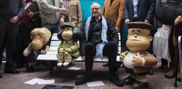 O cartunista Joaquín Salvador Lavado, o Quino, entre estátuas de seus personagens Susanita (esq.), Mafalda e Manolito, no bairro de San Telmo, em Buenos Aires; Mafalda completa 50 anos nesta segunda - Martin Zabala/Xinhua