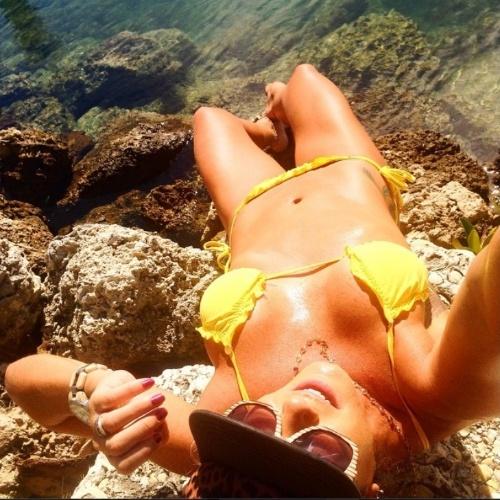 29.set.2014- Luize Altenhofen se refresca em Miami Beach e exibe corpo em forma de biquíni amarelo