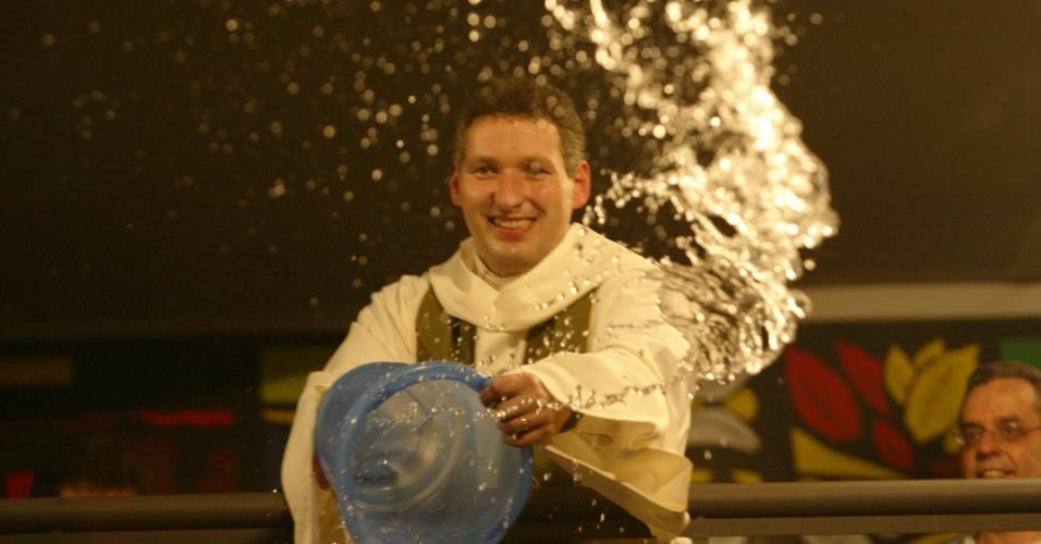 31.out.2004 - Padre Marcelo Rossi joga balde de água benta em fiéis durante cerimônia em São Paulo