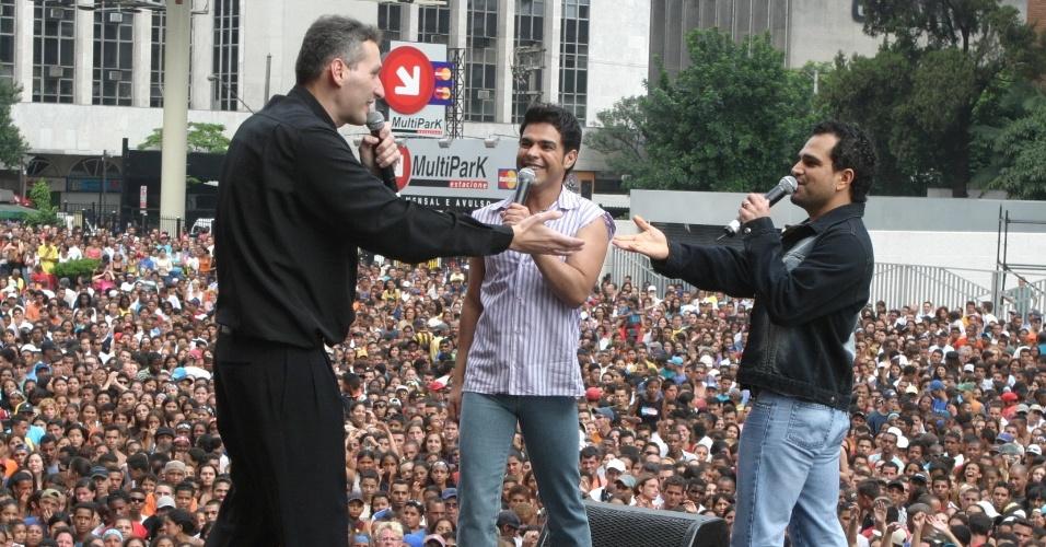 7.dez.2003 - Padre Marcelo Rossi participa de show na Av. Paulista, em São Paulo, que também teve apresentações de outros artistas, como Zezé di Camargo e Luciano, e reuniu 25 mil pessoas