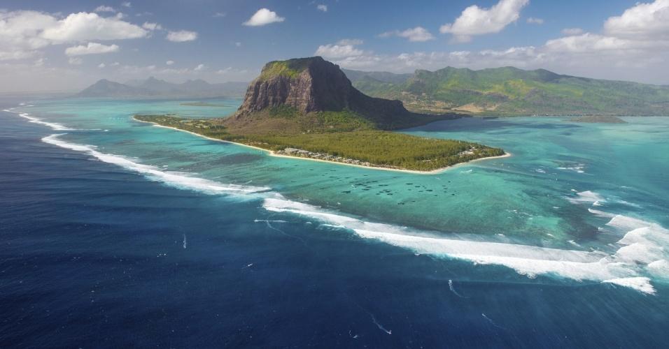 As pequenas ilhas Maurício está no último mês da temporada de inverno, o que é uma boa notícia para quem quer praia mas não suporta o calor muito forte. A mínima costuma ficar em 20°C, e apresenta menochuva que no verão