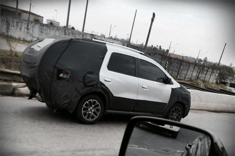 Chevrolet Spin aventureira, que pode ganhar o nome Activ, surge com estepe na porta traseira devidamente coberto em avenida do centro de São Paulo (SP)