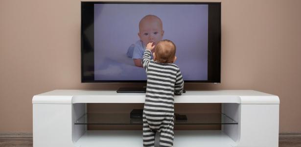 Há pediatras que defendem que o bebê não pode ver TV antes dos dois anos  - Getty Images