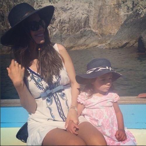 """Daniela Albuquerque curte passeio na ilha de Capri, na Itália, com a filha Alice, do seu casamento com o diretor da Rede TV! Almicare Dallevo: """"Comemorações"""", escreveu a apresentadora no Instagram"""
