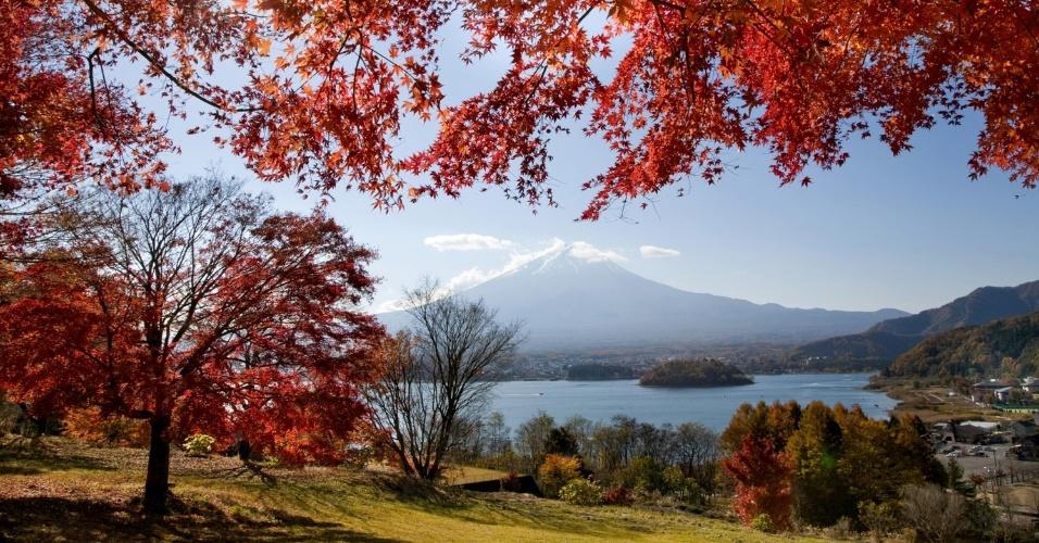 Japão ganha um colorido especial com a chegada do outono, como no Monte Fuji