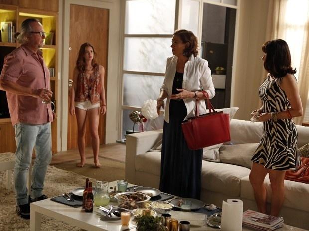 Maris Isis (Marina Ruy Barbosa) não tem mais sossego com a família de José Alfredo(Alexandre Nero). Maria Marta (Lilia Cabral) entra a hora que quer em seu apartamento e até faz questão de almoçar com os pais da ruiva