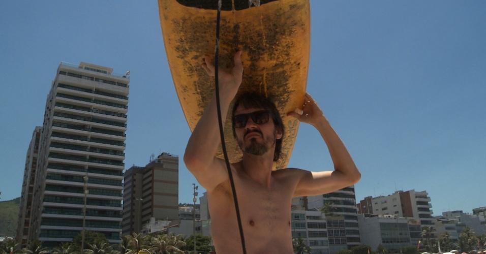 """Na segunda temporada de """"O Infiltrado"""", Fred Melo Paiva, que é mineiro, aprende a surfar para viver como carioca"""
