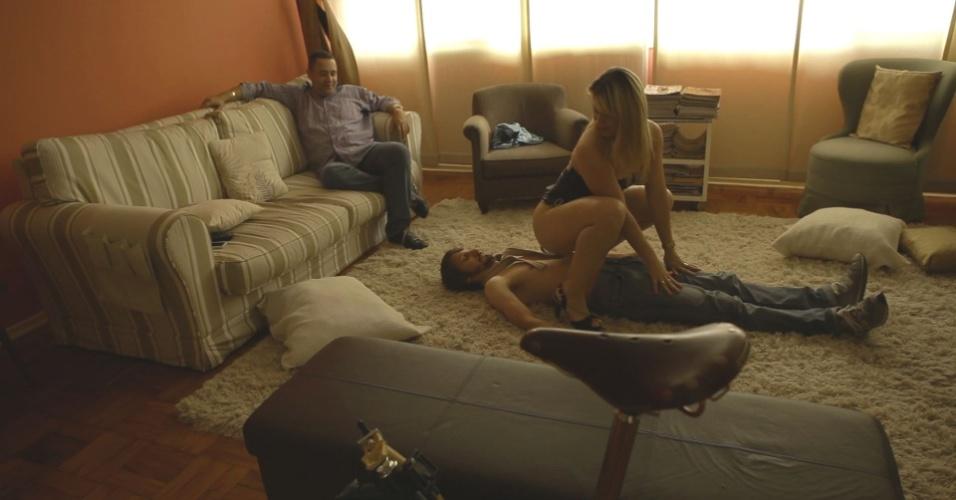 """O jornalista Fred Melo Paiva e a atriz pornô Sarah Lopez se preparam para filmar pornô """"soft"""" no episódio de estreia da segunda temporada de """"O Infiltrado"""", série do History Channel"""