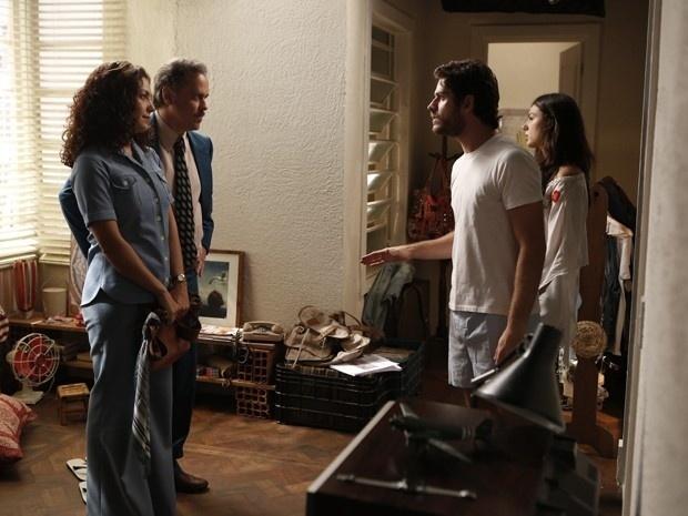 Rafael (Marco Pigossi) briga com Cristina (Fabiula Nascimento), que não aceita mesmo a união do rapaz com Sandra (Isis Valverde) e vai à casa do casal para ter uma
