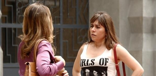 Susana encontra Carlota no meio da rua e joga a verdade na cara da mulher do amante