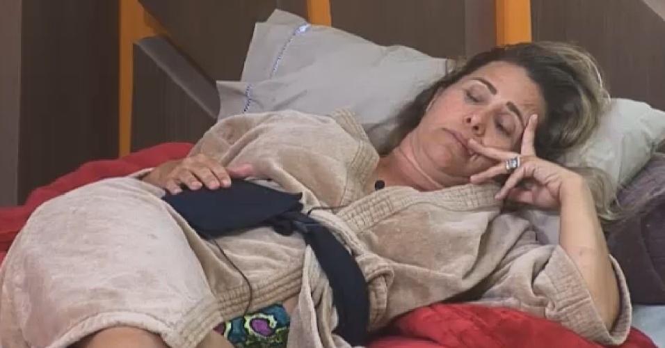 26.set.2014 - Andréia Sorvetão faz pose com a mão ao tirar cochilo em