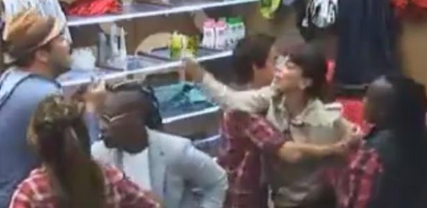 """A participante Heloísa Faissol briga com Felipeh Campos ao ser chamada de """"drogada"""""""