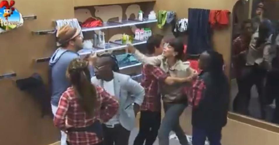 29.set.2014 - A participante Heloísa Faissol briga com Felipeh Campos