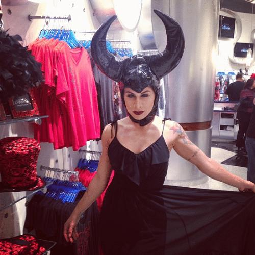 30.set.2014 - A ex-BBB Vanessa Mesquita usa figurino semelhante ao da personagem Malévola no Instagram e arranca elogios de seus fãs
