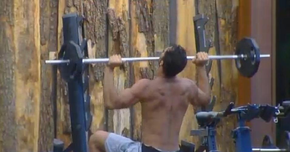 30.set.2014 - Diego Cristo levanta pesos na academia de
