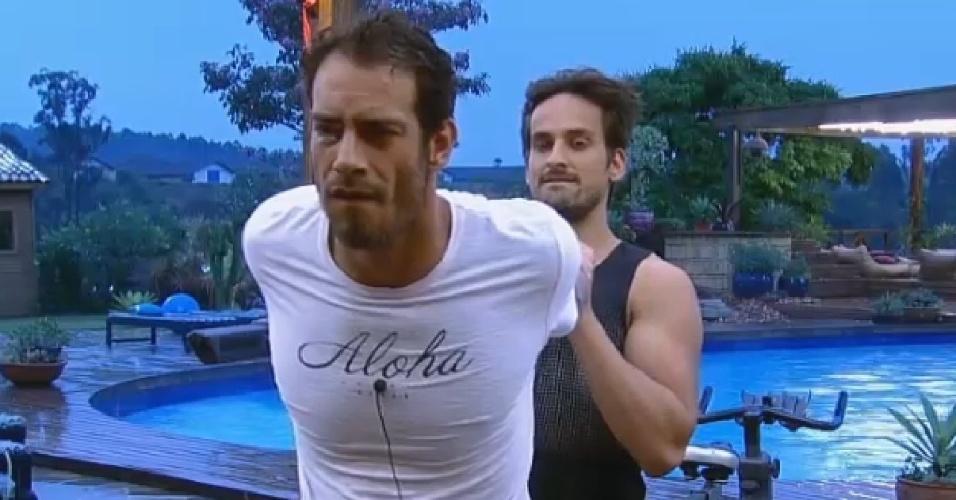30.set.2014 - Diego Cristo recebe ajuda de Léo Rodriguez para se alongar antes de malhar em