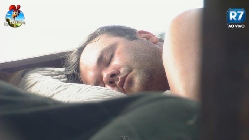 30.set.2014 - Felipeh Campos dorme em