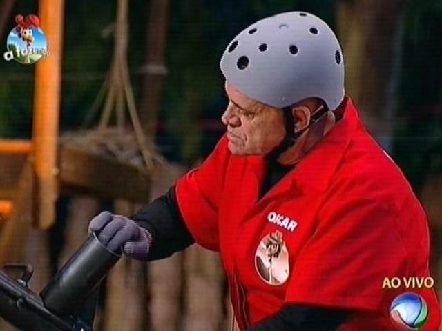 30.set.2014 - Oscar Maroni se prepara para dar o primeiro tiro em prova de mira que vale o chapéu do fazendeiro em