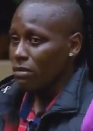 Neném chora após ter o visual criticado por Felipeh Campos em dia de votação