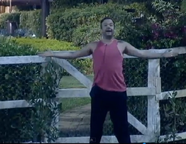 Felipeh Campos cantarola versos contra Lorena Bueri ao encenar musical improvisado