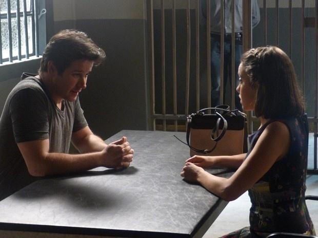 Jonas recebe a visita de Danusa na prisão em