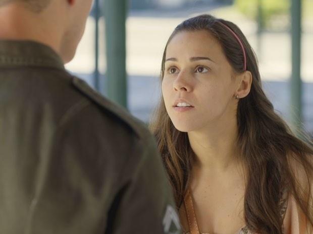 Jussara (Thati Lopes) procura Pedro (José Loreto) no quartel e esquece de colocar a barriga falsa de gravidez para desespero do militar. A morena confessa que está com medo de ser desmascarada por Beatriz (Heloísa Perissé), a mãe de Sandra (Isis Valverde)