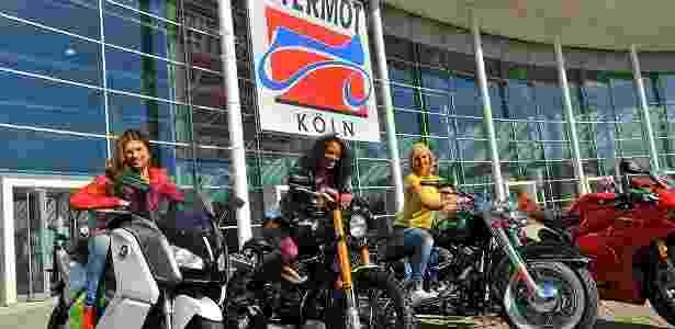 Modelos posam em cima de motocicletas premium na fachada do Salão de Motos de Colônia (Alemanha) - Divulgação - Divulgação