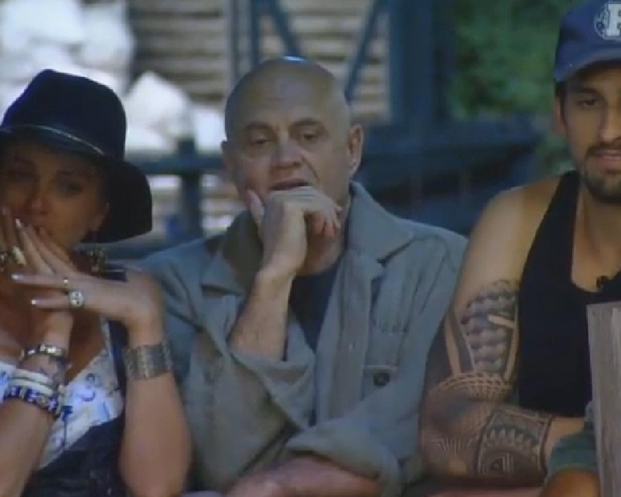01.out.2014 - A cantora Bruna Tang, o empresário Oscar Maroni e o cantor Léo Rodriguez assistem ao parto de uma das cabras do reality show